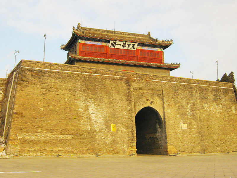 山海关景区  山海关是历史悠久的文化古城,是世界文化遗产中国万里长城的形象代表之一。 走下天下第一关城楼,可到长城博物馆参观,那里将向您展示万里长城的古与今以及令人惊叹的实物展品。在古城内,品尝地方风味小吃,会使你的游兴大增,并领略到山海关的风土人情。 山海关景区内名胜古迹荟萃、风光旖旎、气候宜人,是著名的历史文化古城和旅游避暑胜地,区内有开发和观赏价值的名胜古迹达90多处。2000年,山海关景区被评为第一批4A级旅游景区;2001年,国务院下文将秦皇岛市山海关区正式列为国家历史文化名城山海关旅游