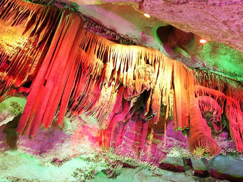 沂源溶洞在海拔上可分为三个层次: (1)高海拔层次溶洞群,海拔600-700米,个单体溶洞规模为中小型,长度在60-500米,以玄云洞、九天洞等为代表; (2)中海拔层次溶洞群,海拔在500-600米,以千人洞、石龙洞、养神洞、珊瑚洞、神仙洞为代表,单体溶洞规模为中小型,长度在150-500米; (3)低海拔层次溶洞群,海拔在400-500米,以下崖洞、上崖洞、吕祖洞为代表,单体溶洞规模为大型,长度可达800-840米。  沂源溶洞群洞内化学堆积景观类型十分丰富,达37种,石柱、石晶花、石毛、卷曲石、鹅管