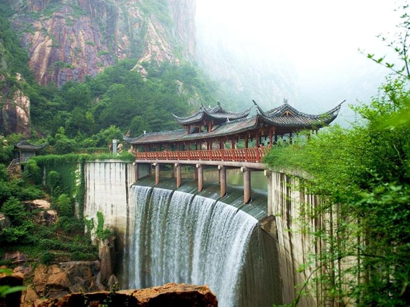 地  址青岛市崂山区 概述   龙潭瀑又称玉龙瀑.