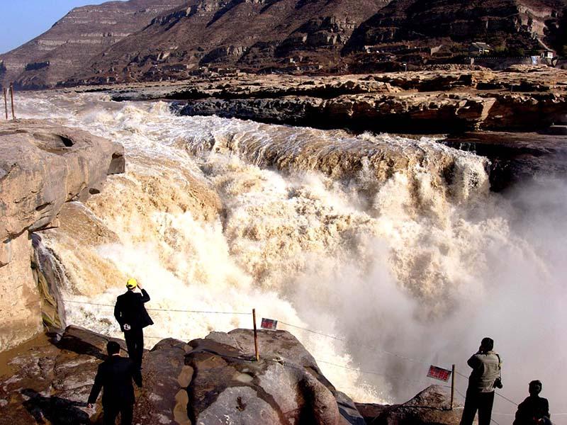 孟门山 在壶口瀑布下游五公里处,这里,可以看到在右侧的黄河谷底河床中,有两块梭形巨石,巍然屹立在巨流之中,这就是古代被称为九河之蹬的孟门山。河水至此分成两路,从巨石两侧飞泻而过,然后合流为一。相传这两个小岛原为一山,阻塞河道,引起洪水四溢,大禹治水时,把此山一劈为二,导水畅流。此二岛,远眺如舟,近观似山,俯视若门。又传说古时,孟家兄弟的后代被河水冲走,曾在这里获救,故将此二岛称为孟门山。 龙洞 壶口瀑布在山西吉县方向,形成一个天然洞穴,可以直接通往壶口瀑布下方,俗称龙洞,又名观瀑洞。 空中悬壶 壶口瀑